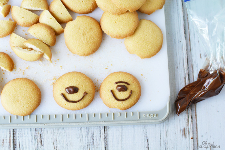 How to make a bear face on vanilla wafers